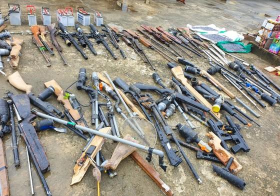 Tiêu hủy hàng trăm khẩu súng, đao kiếm các loại ảnh 1