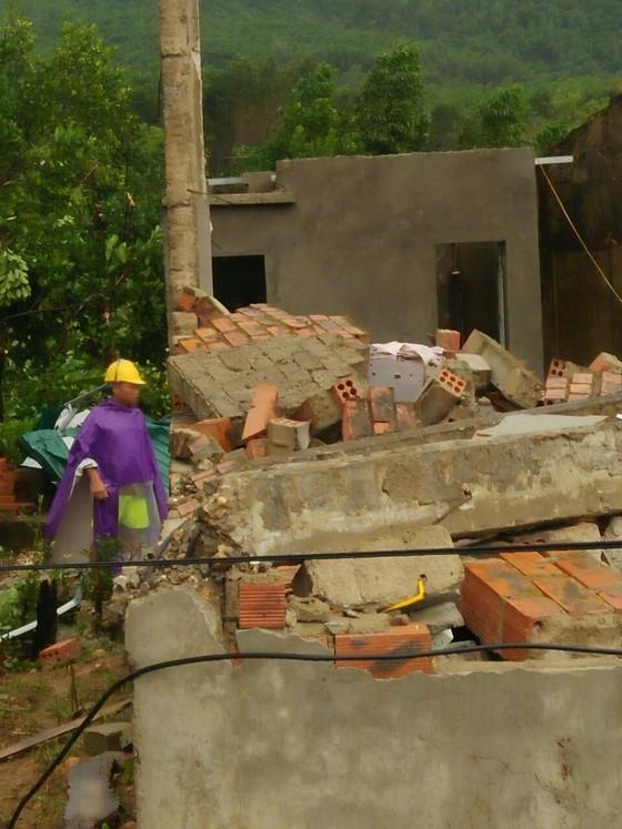 Hà Tĩnh: Lốc xoáy làm 2 người bị thương, nhiều nhà dân bị tốc mái ảnh 4