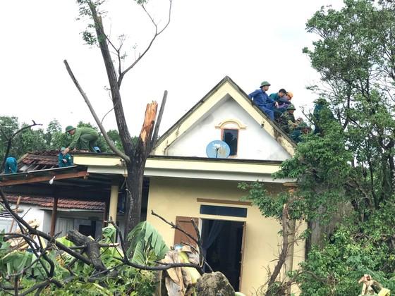 Giúp các hộ dân sớm khắc phục thiệt hại do lốc xoáy ở Hà Tĩnh ảnh 6