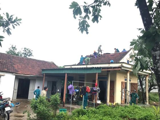Giúp các hộ dân sớm khắc phục thiệt hại do lốc xoáy ở Hà Tĩnh ảnh 3