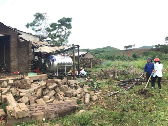 Giúp các hộ dân sớm khắc phục thiệt hại do lốc xoáy ở Hà Tĩnh ảnh 9