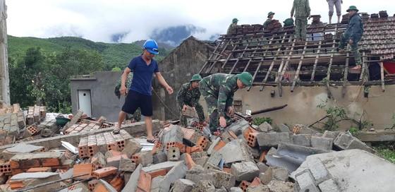 Giúp các hộ dân sớm khắc phục thiệt hại do lốc xoáy ở Hà Tĩnh ảnh 4