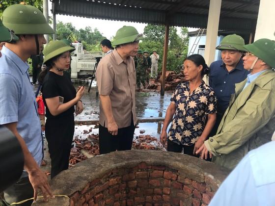 Giúp các hộ dân sớm khắc phục thiệt hại do lốc xoáy ở Hà Tĩnh ảnh 1