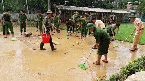 Nhiều xã miền cao ở Hà Tĩnh tranh thủ nắng ráo, dọn dẹp sau lũ rút ảnh 6