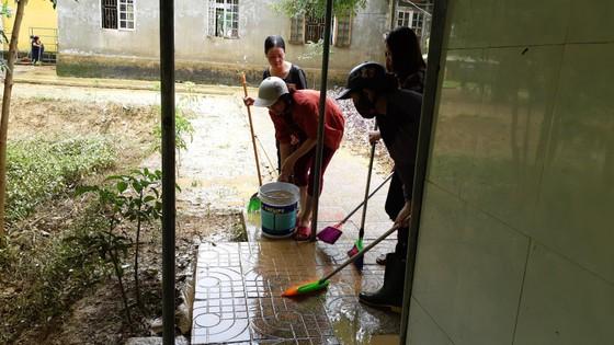Nhiều xã miền cao ở Hà Tĩnh tranh thủ nắng ráo, dọn dẹp sau lũ rút ảnh 8