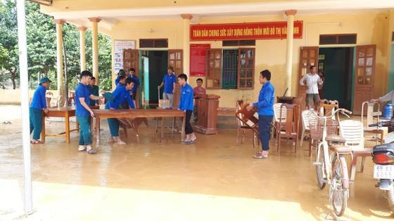 Nhiều xã miền cao ở Hà Tĩnh tranh thủ nắng ráo, dọn dẹp sau lũ rút ảnh 1