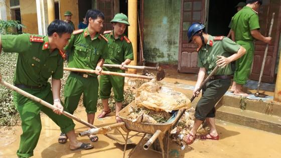 Nhiều xã miền cao ở Hà Tĩnh tranh thủ nắng ráo, dọn dẹp sau lũ rút ảnh 4
