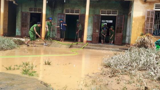 Nhiều xã miền cao ở Hà Tĩnh tranh thủ nắng ráo, dọn dẹp sau lũ rút ảnh 5
