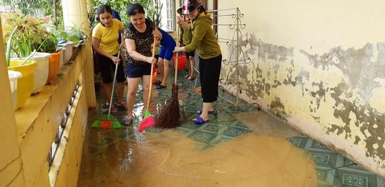 Nhiều xã miền cao ở Hà Tĩnh tranh thủ nắng ráo, dọn dẹp sau lũ rút ảnh 9