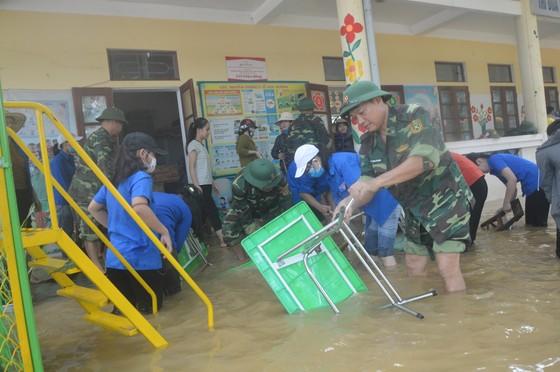 Bộ đội Biên phòng Hà Tĩnh nỗ lực giúp các trường học khắc phục mưa lũ, khai giảng năm học mới ảnh 3