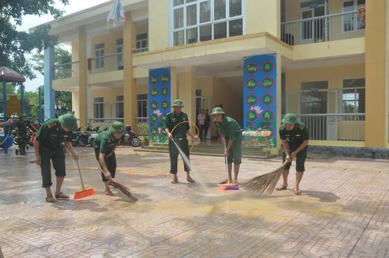Bộ đội Biên phòng Hà Tĩnh nỗ lực giúp các trường học khắc phục mưa lũ, khai giảng năm học mới ảnh 2