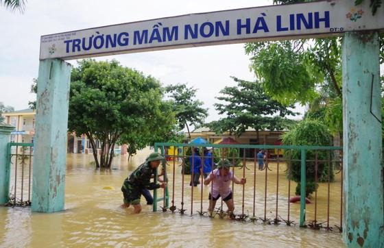 Bộ đội Biên phòng Hà Tĩnh nỗ lực giúp các trường học khắc phục mưa lũ, khai giảng năm học mới ảnh 1
