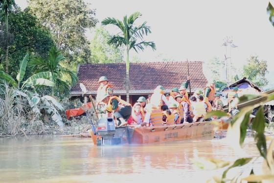 Phó Thủ tướng Vương Đình Huệ động viên, thăm hỏi người dân vùng lũ Hà Tĩnh ảnh 2