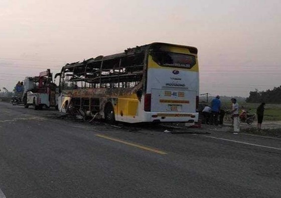 Thêm xe ô tô khách bị cháy trên quốc lộ 1 ảnh 1