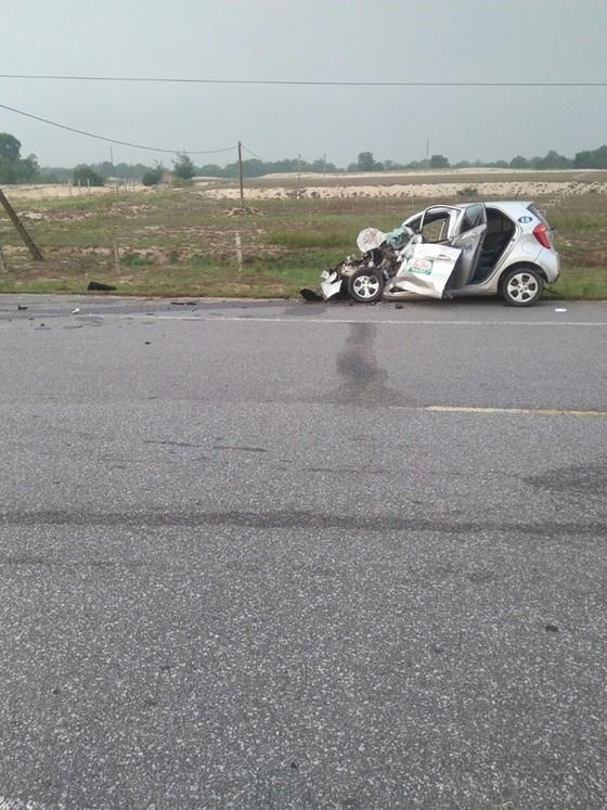 Va chạm giữa ô tô tải và taxi, 2 người tử vong ảnh 1