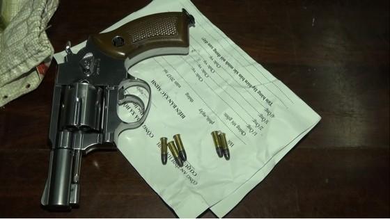Bắt giữ đối tượng vận chuyển 6 bánh heroin cùng súng và 5 viên đạn qua biên giới ảnh 2
