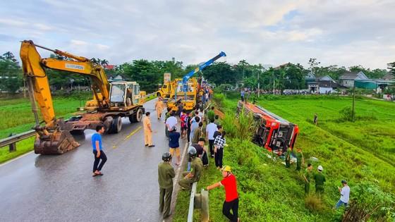 Lật xe ô tô khách ở Hà Tĩnh, 1 người tử vong, nhiều người bị thương ảnh 13