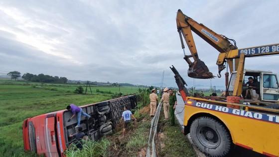 Lật xe ô tô khách ở Hà Tĩnh, 1 người tử vong, nhiều người bị thương ảnh 15