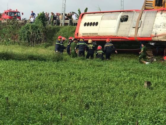 Lật xe ô tô khách ở Hà Tĩnh, 1 người tử vong, nhiều người bị thương ảnh 11