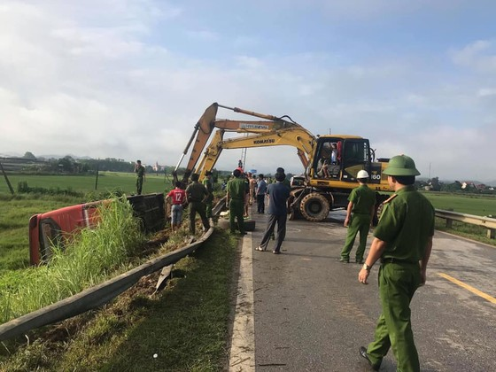 Lật xe ô tô khách ở Hà Tĩnh, 1 người tử vong, nhiều người bị thương ảnh 9