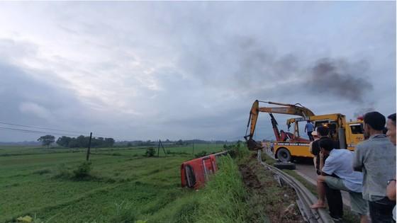 Lật xe ô tô khách ở Hà Tĩnh, 1 người tử vong, nhiều người bị thương ảnh 17