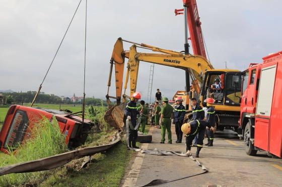 Lật xe ô tô khách ở Hà Tĩnh, 1 người tử vong, nhiều người bị thương ảnh 18