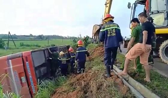 Lật xe ô tô khách ở Hà Tĩnh, 1 người tử vong, nhiều người bị thương ảnh 7