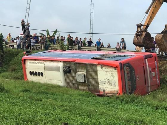 Lật xe ô tô khách ở Hà Tĩnh, 1 người tử vong, nhiều người bị thương ảnh 5
