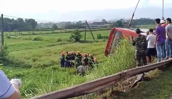 Lật xe ô tô khách ở Hà Tĩnh, 1 người tử vong, nhiều người bị thương ảnh 6