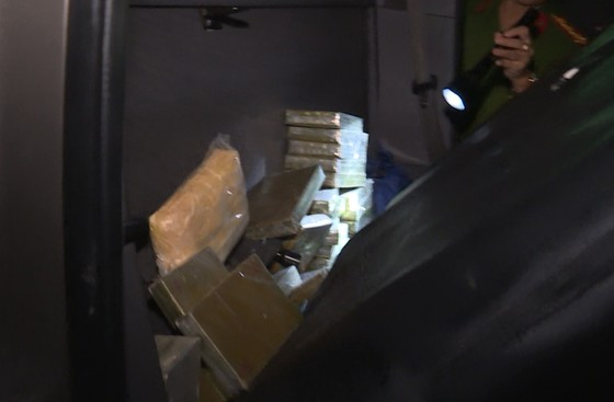 Bắt giữ 2 đối tượng vận chuyển 30 bánh heroin, 6.000 viên ma túy tổng hợp ảnh 1