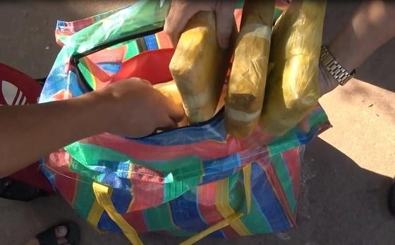 Bắt đối tượng vận chuyển 120.000 viên ma túy tổng hợp từ Lào về Việt Nam ảnh 2