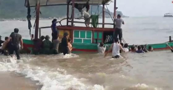 Cứu hộ thành công 3 ngư dân gặp nạn trên biển Hà Tĩnh ảnh 1