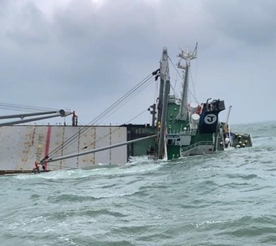 Thuê đơn vị chuyên môn xử lý nguy cơ tràn dầu vụ tàu 9.000 tấn bị chìm trên biển Hà Tĩnh ảnh 1