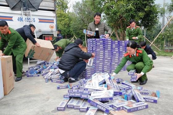 Bắt giữ vụ vận chuyển 10.000 bao thuốc lá lậu ảnh 1