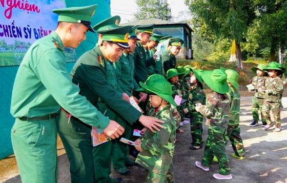 Học sinh, giáo viên thích thú trải nghiệm 'Chúng em làm chiến sĩ biên phòng' ảnh 10