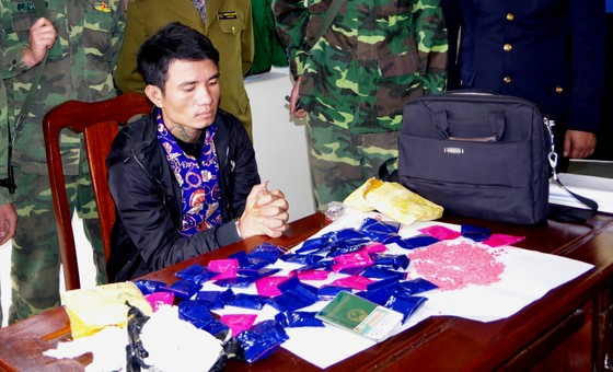 Bắt vụ vận chuyển 9.800 viên hồng phiến từ Lào về Việt Nam ảnh 1