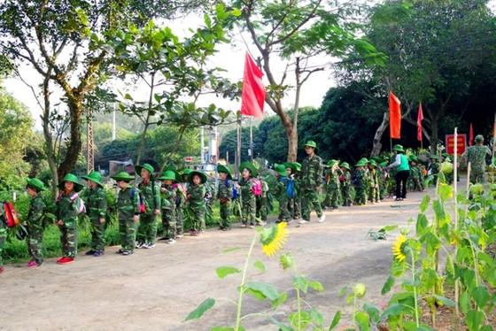 Học sinh, giáo viên thích thú trải nghiệm 'Chúng em làm chiến sĩ biên phòng' ảnh 9