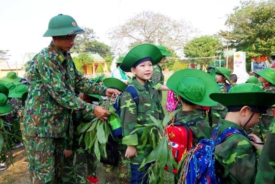 Học sinh, giáo viên thích thú trải nghiệm 'Chúng em làm chiến sĩ biên phòng' ảnh 11