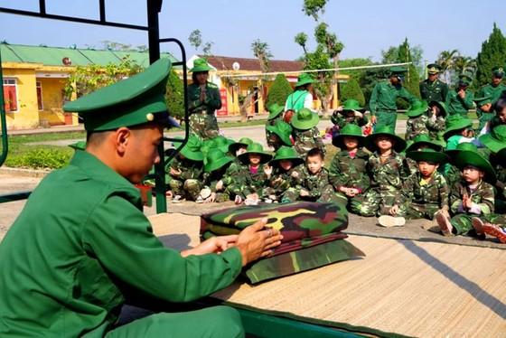 Học sinh, giáo viên thích thú trải nghiệm 'Chúng em làm chiến sĩ biên phòng' ảnh 1