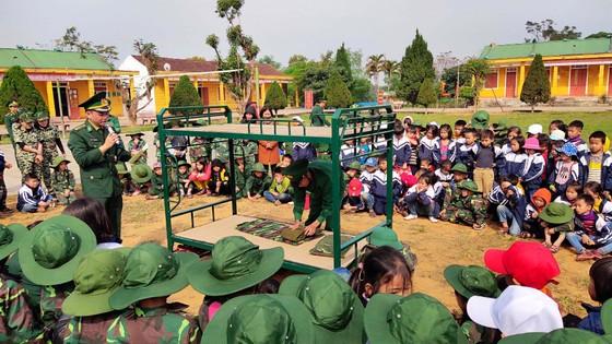 Học sinh, giáo viên thích thú trải nghiệm 'Chúng em làm chiến sĩ biên phòng' ảnh 2