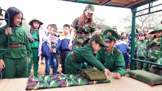 Học sinh, giáo viên thích thú trải nghiệm 'Chúng em làm chiến sĩ biên phòng' ảnh 4