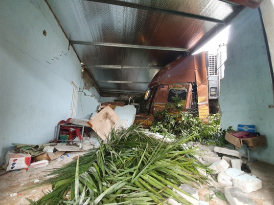 Xe container và xe tải lao vào nhà dân, nhiều người may mắn thoát nạn ảnh 7