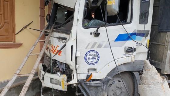 Xe container và xe tải lao vào nhà dân, nhiều người may mắn thoát nạn ảnh 5