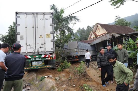 Xe container và xe tải lao vào nhà dân, nhiều người may mắn thoát nạn ảnh 13