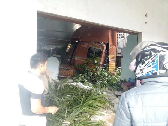 Xe container và xe tải lao vào nhà dân, nhiều người may mắn thoát nạn ảnh 11
