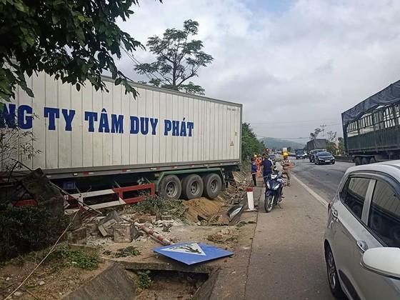 Xe container và xe tải lao vào nhà dân, nhiều người may mắn thoát nạn ảnh 12