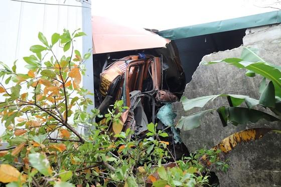 Xe container và xe tải lao vào nhà dân, nhiều người may mắn thoát nạn ảnh 3