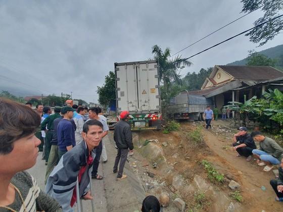Xe container và xe tải lao vào nhà dân, nhiều người may mắn thoát nạn ảnh 2