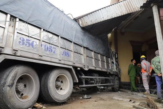 Xe container và xe tải lao vào nhà dân, nhiều người may mắn thoát nạn ảnh 9