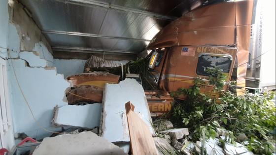 Xe container và xe tải lao vào nhà dân, nhiều người may mắn thoát nạn ảnh 1